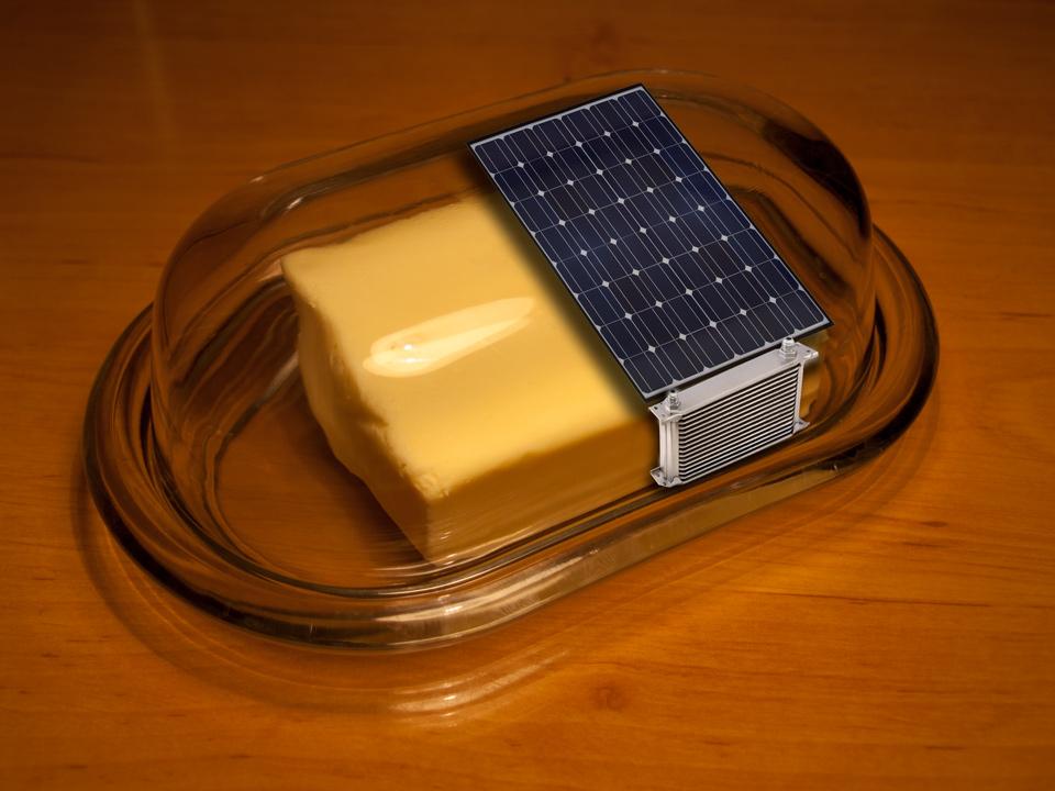 A oto projekt i jednocześnie prototyp gotowego produktu. Na zdjęciu można zobaczyć najważniejsze elementy konstrukcji. Bateria słoneczna i mała chłodziareczka.