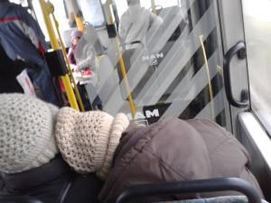 Dwoje ludzi przytulonych w autobusie