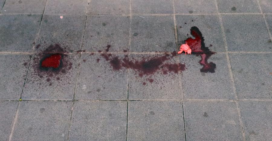 Krew na chodniku