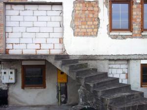 niedokończony dom