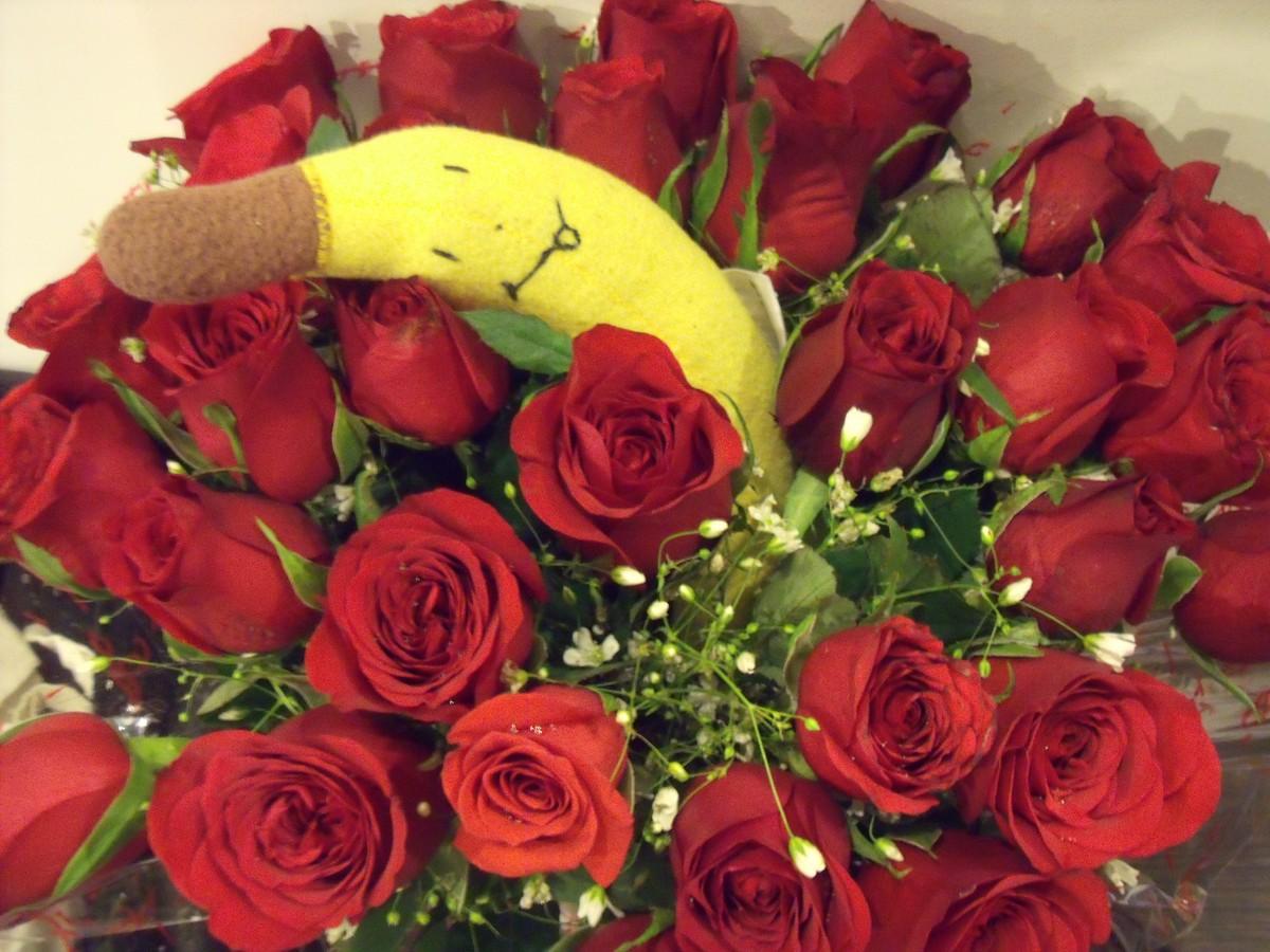 pluszowy banan w kwiatach