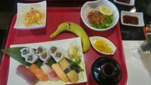 Czas na obiad! Tym razem trafiła się dobra okazja i zjadłem taki zestaw sushi + zupa podczas happy hours.