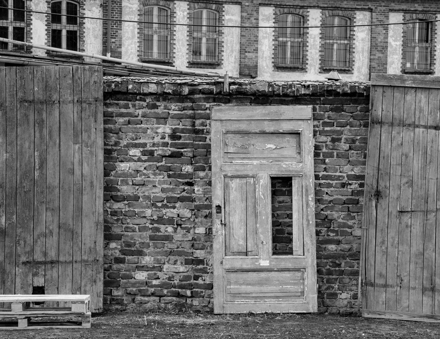 Nie wiem dlaczego, ale bardzo lubię drzwi, cegły, okna. Tutaj to wszystko mam.