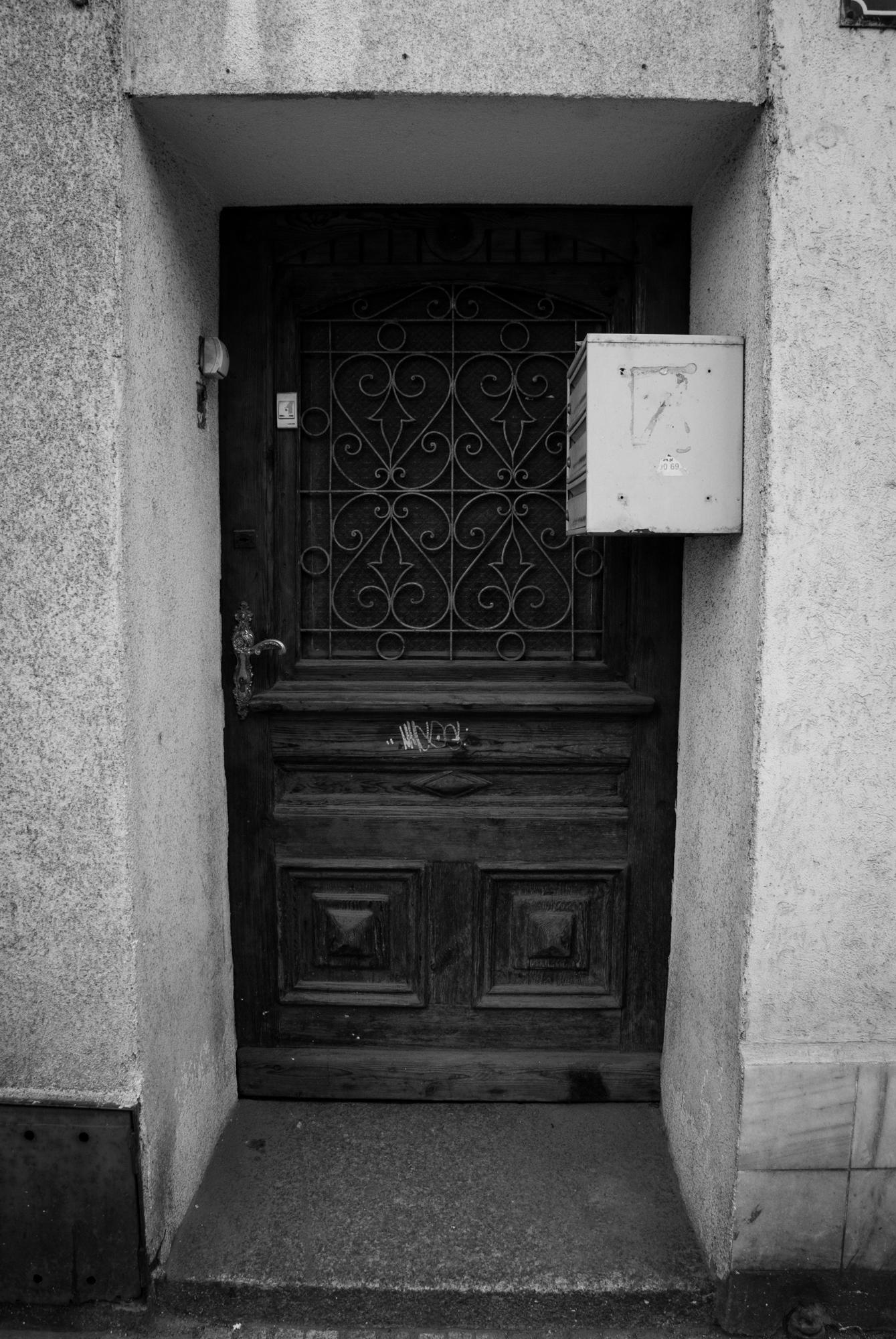 Gdzieś trzeba było te skrzynkę zamontować. Nie chcę wyobrażać sobie wnoszenia i wynoszenia sofy czy innych mebli przez te drzwi.
