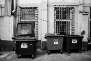 Ten óczuć, kiedy otwarta klapa od śmietnika przesłania Ci widok na inne śmietniki na podwórku, do którego nigdy nie dociera słońce.