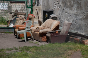 Smutne fotele i sofy są smutne. Siedzą spokojnie i czekają. A czas rozrywa je na strzępy od środka.