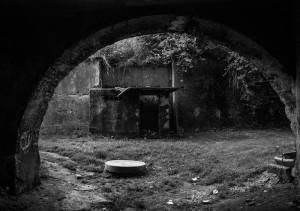 Przejdź ze mną przez ten tunel i wkrocz do lekko mrocznej krainy, gdzie rzeczywistość traci grunt pod stopami.