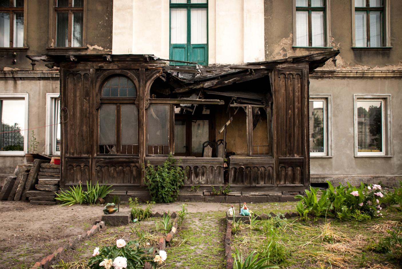 Trudno mi to opisać. Dobry przykład tego, jak mieszkańcy jednego budynku nie potrafią, nie mogą, nie chcą się dogadać, aby naprawić przybudówkę. Ktoś tam mieszka, ktoś dba o ogródek na zewnątrz.