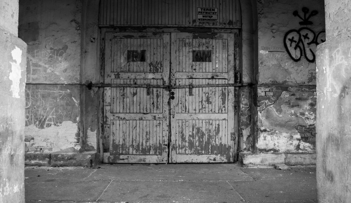 Jeden z wielu zamkniętych od lat budynków.