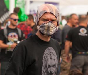 """""""Po co ludziom te wszystkie osłonki na twarz?"""" - Zrozumiałem dopiero po kilku godzinach, kiedy zobaczyłem czarną maź na chusteczce. Wydłubywałem Woodstock z nosa jeszcze następnego dnia. Ale i tak było super!"""