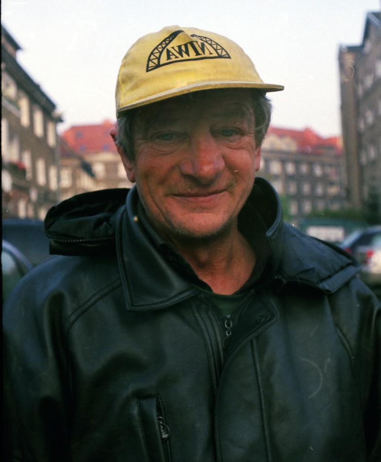 Niebuszewo, jedna z pierwszych osób, które fotografowałem. Osoba bezdomna od bardzo wielu lat. To on uświadomił mi, jak łatwo stać się bezdomnym i jak ciężko ten proces potem odwrócić.