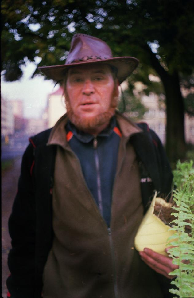 """Było przed 7 rano, a ja szedłem do pracy. Po zrobieniu zdjęcia Pan poprosił mnie o drobne """"bo mię telepie"""". Jak się później dowiedziałem, sprzedawał on różne kwiatki, które gdzieś znalazł. Widziałem go na mieście jeszcze kilka razy z doniczkami i przeróżną roślinnością."""