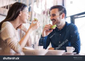 Jem śniadanie. Kanapka z sałatą powiedziała właśnie tak śmieszny żart, że aż żal ją jeść.