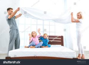 Ścielę łóżko. Pierwsza niespodzianka. Pod prześcieradłem były jakieś dzieci.